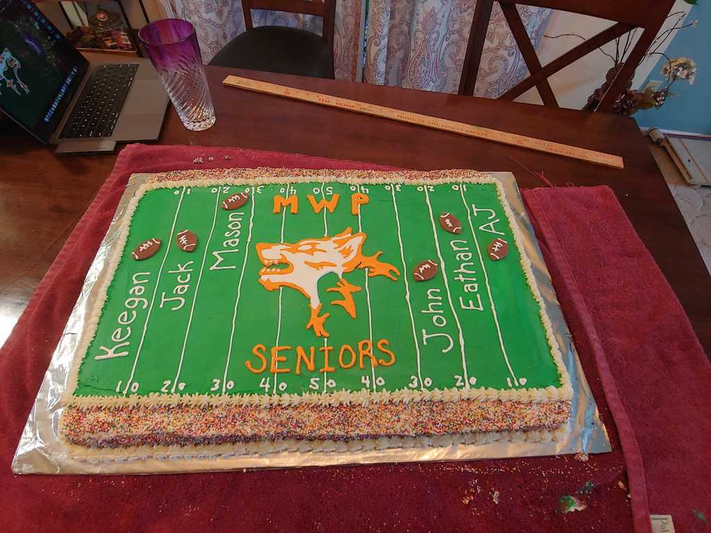 Cake with names of seniors football players